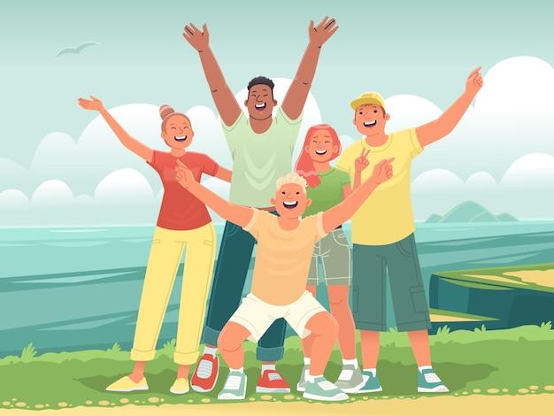 Szczęśliwi Przyjaciele W Podróży Nad Morze. Selfie Nastolatków Na Tle Oceanu. Wesoła Wycieczka Młodych Ludzi Na Wakacje. Ilustracja Wektorowa W Stylu Płaski Premium Wektorów