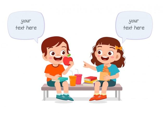 Szczęśliwi śliczni Dzieciaki Chłopiec I Dziewczyna Jedzą Wpólnie Premium Wektorów