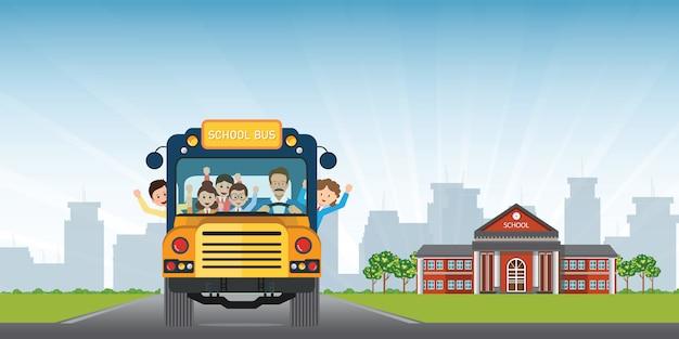Szczęśliwi Uśmiechnięci Dzieciaki Jedzie Na żółtym Autobusie Szkolnym Z Kierowcą Na Budynku Szkoły Przeglądają Tło. Premium Wektorów