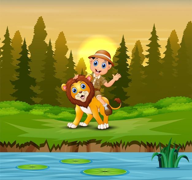 Szczęśliwy Człowiek Zookeeper Z Lwem W Dżungli Premium Wektorów