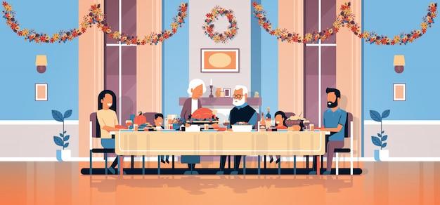 Szczęśliwy dzień dziękczynienia wielopokoleniowy rodzinny stół do siedzenia z okazji święta Premium Wektorów