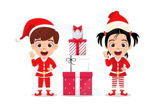 Szczęśliwy ładny Dzieciak Chłopiec I Dziewczynka Macha I świętuje Wesołe Charyzmaty Z Pudełka Na Białym Tle Premium Wektorów