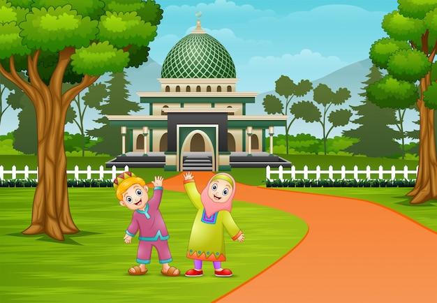 Szczęśliwy Muzułmańskie Dziecko Pozują Przed Meczetem Premium Wektorów