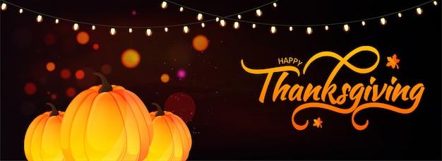 Szczęśliwy nagłówek lub transparent święto dziękczynienia z dyniami i girlandą oświetleniową ozdobioną efektem świetlnym brązowego bokeh. Premium Wektorów
