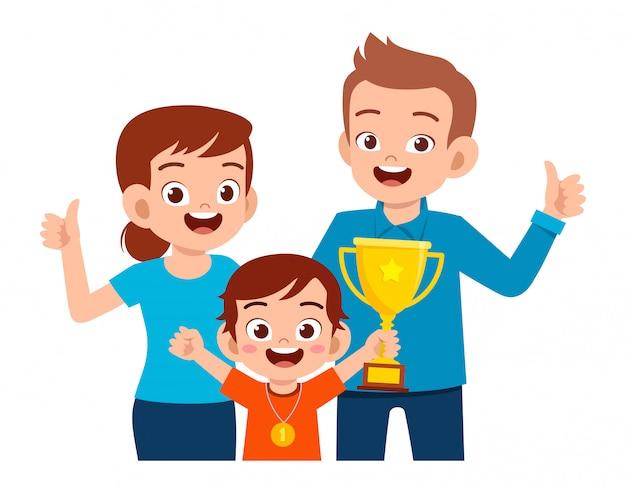 Szczęśliwy śliczny Chłopiec Został Pierwszym Zwycięzcą Premium Wektorów
