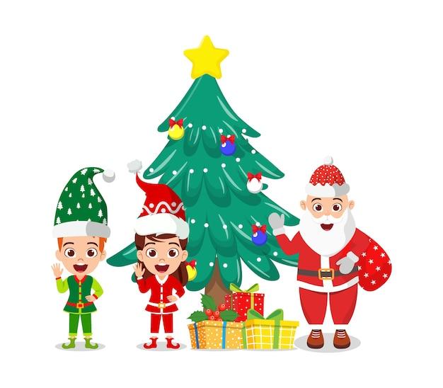 Szczęśliwy Słodki Chłopiec I Dziewczynka Oraz święty Mikołaj Machający I świętujący Wesołe Charyzmaty Z Pudełkami Na Prezenty I Drzewem Charyzmatów Na Białym Tle Premium Wektorów