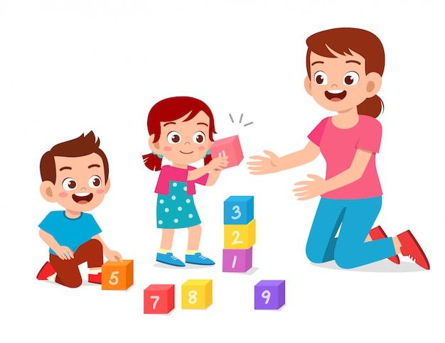 Szczęśliwy Słodkie Małe Dzieci Chłopiec I Dziewczynka Uczyć Się Z Nauczycielem Premium Wektorów