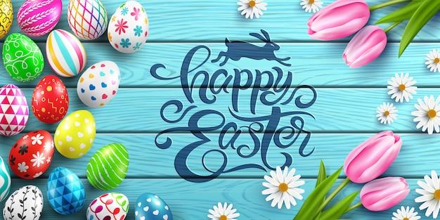 Szczęśliwy Wielkanocny Plakat I Szablon Z Kolorowymi Wielkanocnymi Jajkami I Kwiatem Na Drewno Stole. Premium Wektorów