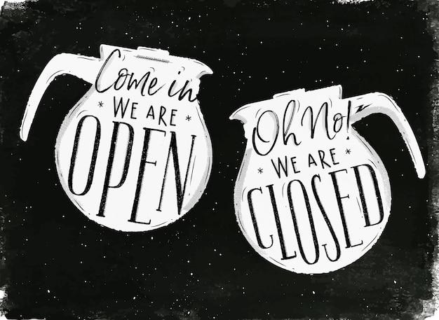 Szyld z dzbanek do kawy w stylu vintage napis w naszym sklepie jest otwarty Premium Wektorów