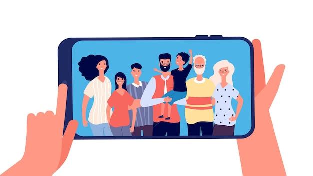 Telefon Ze Zdjęciem Rodziny. Ręce, Trzymając Smartfon Z Szczęśliwą Uśmiechniętą Rodziną Premium Wektorów