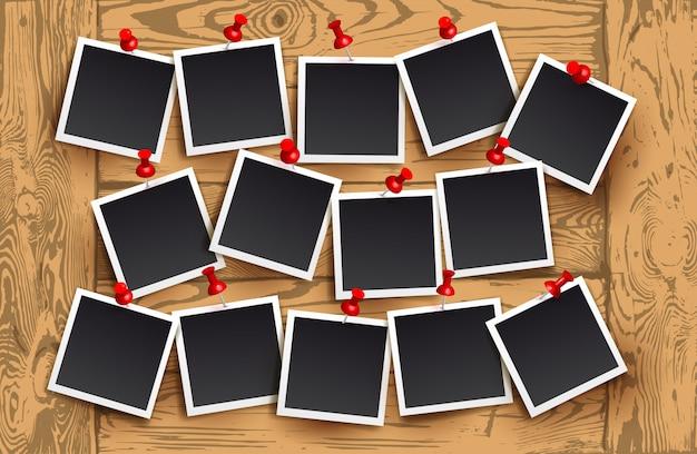 Tło Realistyczne Ramy Z Czerwonymi Szpilkami Na Drewnianej Teksturze. Szablon Projektu Retro Zdjęcie. Ilustracji Wektorowych Premium Wektorów
