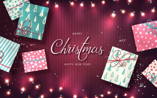 Tło Xmas Z Lampki Choinkowe, Bombki, Pudełka I Konfetti. świąteczne świecące Girlandy żarówek Led Na Fioletowej Dzianinie Premium Wektorów