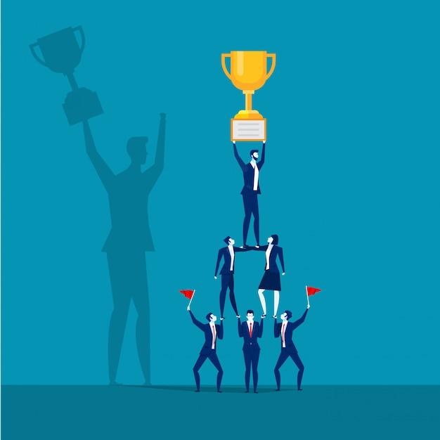 Udanego biznesu drużyna trzyma trofeum. Premium Wektorów