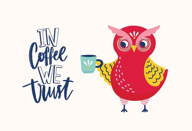 Urocza Sowa Trzymająca Kubek I Ironiczny Slogan In Coffee We Trust Napisany Odręcznie Elegancką, Kreatywną Czcionką Premium Wektorów
