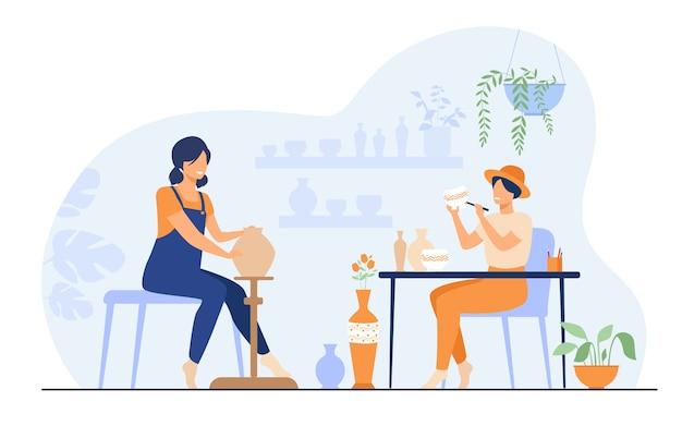 Uśmiechnięte Artystki Tworzące Ceramiczny Wazon Z Gliny Izolowanych Płaskich Ilustracji Wektorowych. Ceramicy Z Kreskówek Wykonujący Kolorowe Wyroby Ceramiczne. Darmowych Wektorów