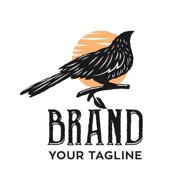 Vintage Logo Wrony Siedzącej Po Południu Premium Wektorów