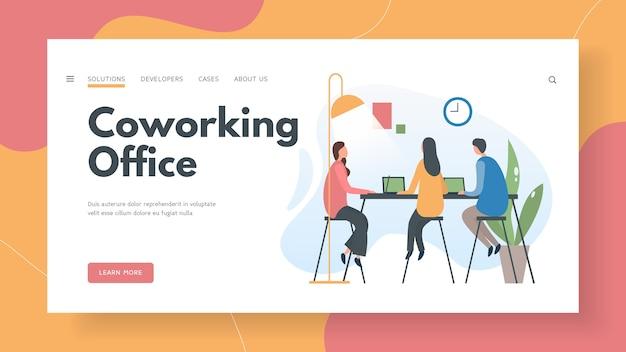 W Biurze Coworkingowym Pracują Specjaliści Ds Premium Wektorów