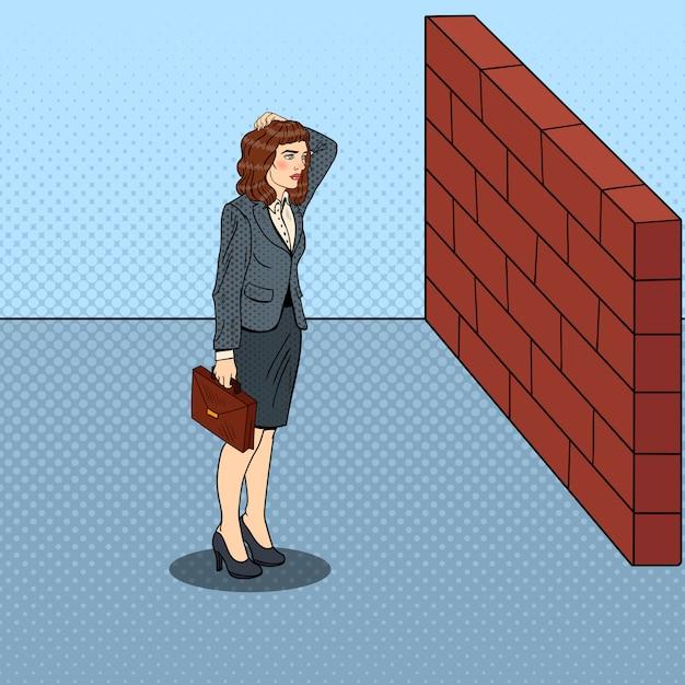 Wątpliwa Pop-art Biznes Kobieta Stojąca Przed Murem. Premium Wektorów