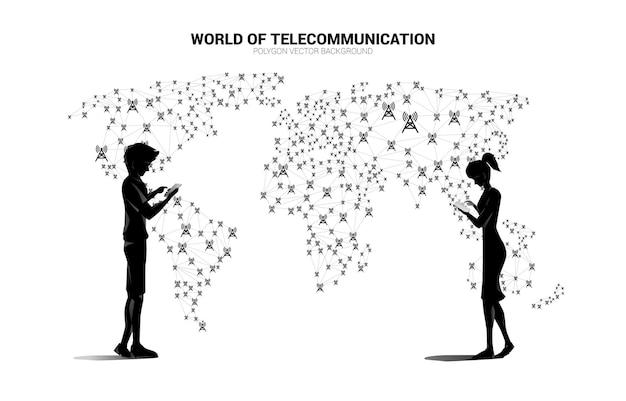 Wektor Mężczyzna I Kobieta Używają Telefonu Komórkowego I Kropki Wielokąta łączą Linię Z Ikoną Wieży Antenowej Na Mapie świata. Koncepcja Globalnej Technologii Telekomunikacyjnej. Premium Wektorów