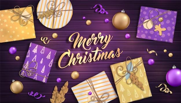 Wesołych świąt i szczęśliwego nowego roku. tło z świątecznych dekoracji - fioletowe i złote bombki, pudełka na prezenty i girlandy na drewnianym tle Premium Wektorów