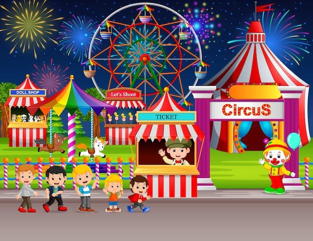 Wiele Children I Ludzie Pracownik Ma Zabawę W Parku Rozrywki Przy Nocą Premium Wektorów