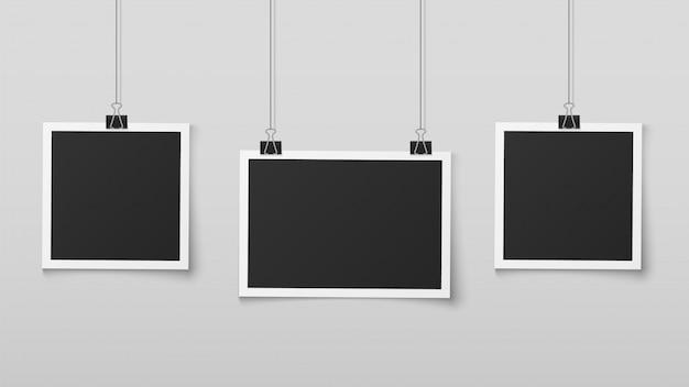 Wiszące Ramki Na Zdjęcia. Pusta Ramka Na Zdjęcia Wisi Na Linkach Z Klipsami, Pamięć ścienna, Album Ze Zdjęciami Retro. Realistyczny Projekt Wektora Premium Wektorów