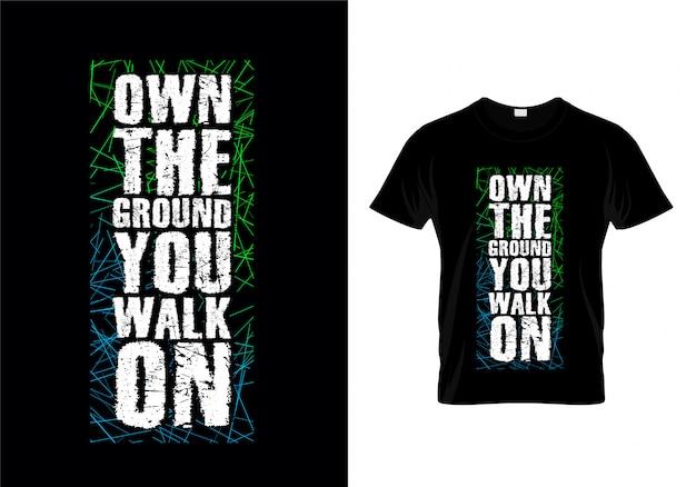 Własność ziemi, którą chodzisz na typografii t shirt wektor Premium Wektorów