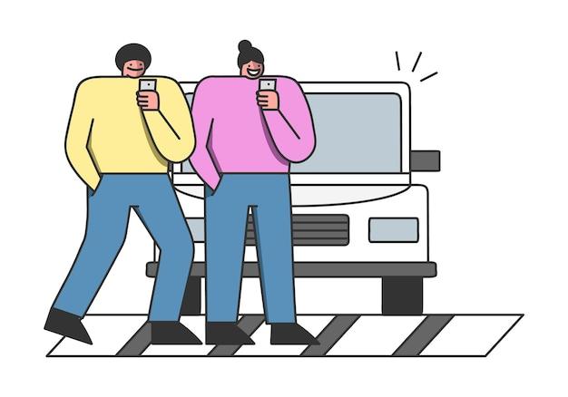 Wypadek Pieszego. Kreskówka Ludzie Używający Smartfonów Przechodzący Przez Ulicę Na Zebrze, Nie Zauważając Samochodu Premium Wektorów