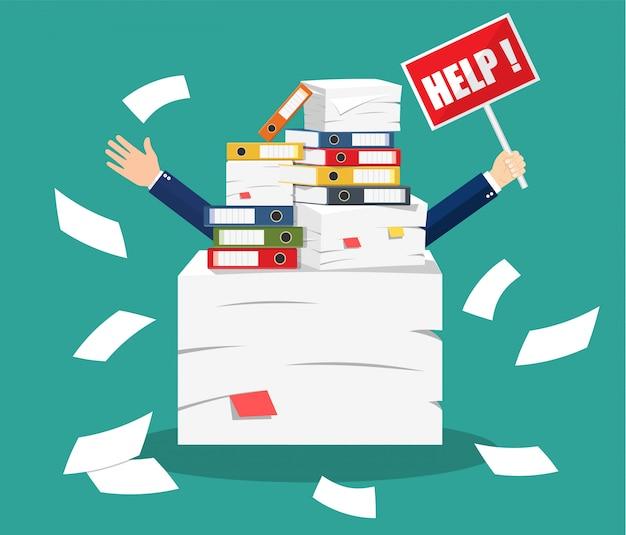 Zaakcentowany biznesmen pod stosem biurowi papiery Premium Wektorów