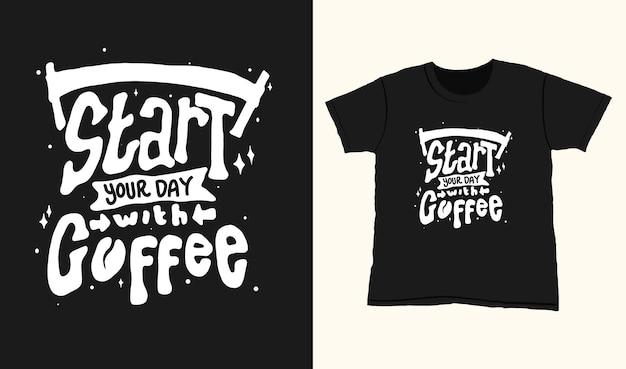 Zacznij Dzień Od Kawy. Cytuj Napis Typografii Na Projekt Koszulki. Ręcznie Rysowane Napis Premium Wektorów