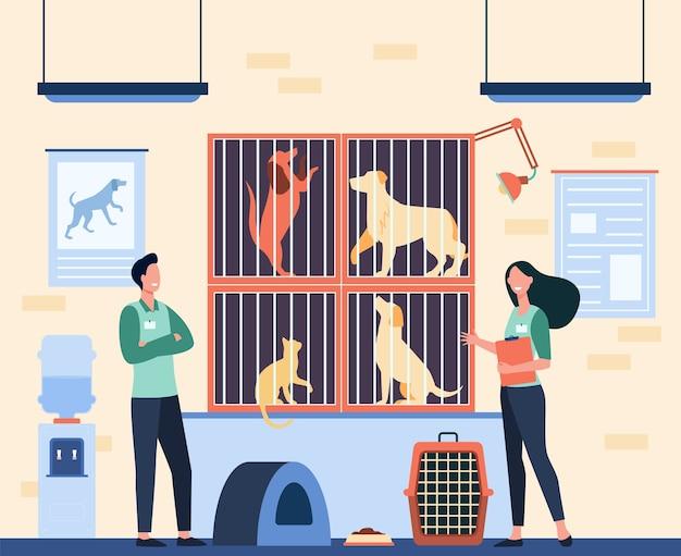 Zadowoleni Wolontariusze Z Odznakami Pracujący W Schronisku Dla Zwierząt, Opiekujący Się Bezdomnymi Kotami I Psami W Klatkach. Ilustracja Wektorowa Do Przyjęcia Zwierzaka, Koncepcja Opieki Nad Zwierzętami Darmowych Wektorów