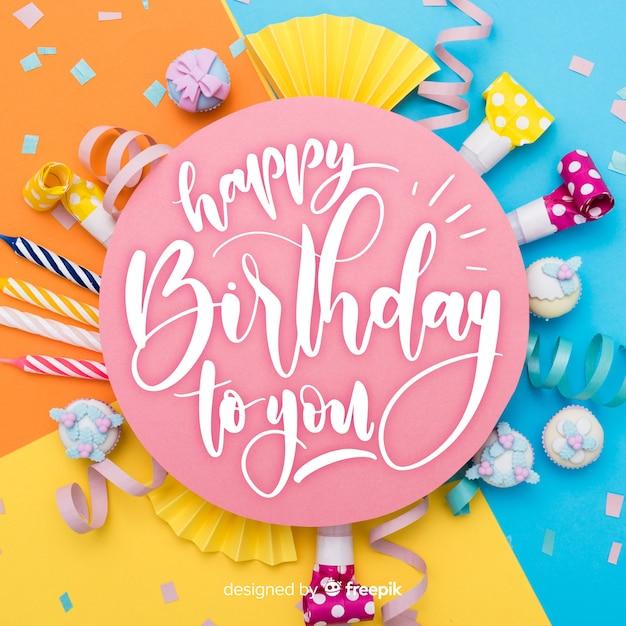 Zadowolony urodziny napis z ciastem Darmowych Wektorów