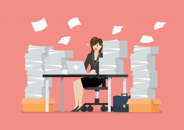 Zajęty zapracowany kobiety obsiadanie przy stołem z laptopem i stosem papiery w biurze Premium Wektorów