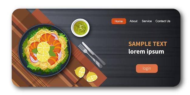Zdrowa świeża warzywo sałatka z garnelą i spaghetti Premium Wektorów