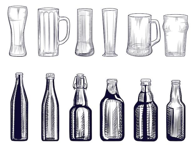 Zestaw butelek piwa i kubek. różne szklanki piwa. styl grawerowania. Premium Wektorów
