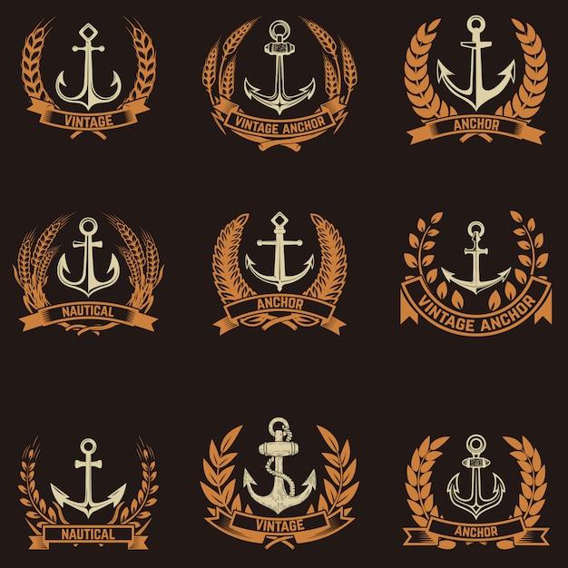 Zestaw Emblematów Z Kotwicami I Wieńcami W Złotym Stylu. Elementy Logo, Etykieta, Godło, Znak, Znaczek. Ilustracja Premium Wektorów
