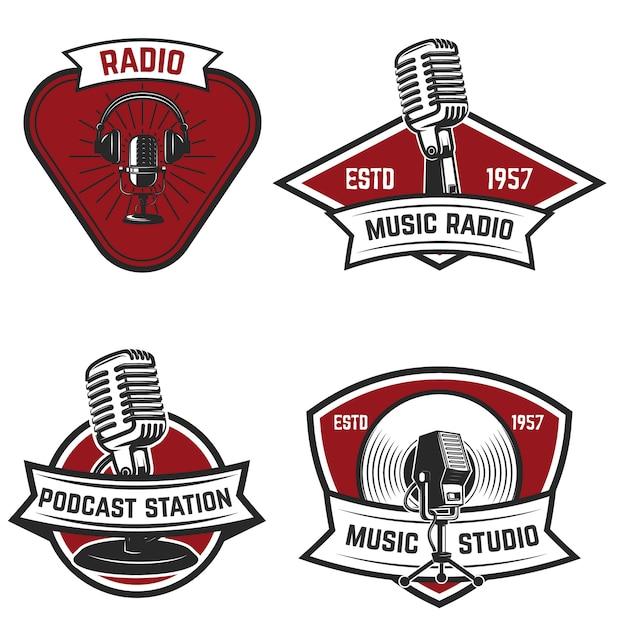 Zestaw Emblematów Z Starego Stylu Mikrofonu Na Białym Tle. Elementy Logo, Etykiety, Znak. Ilustracja Premium Wektorów