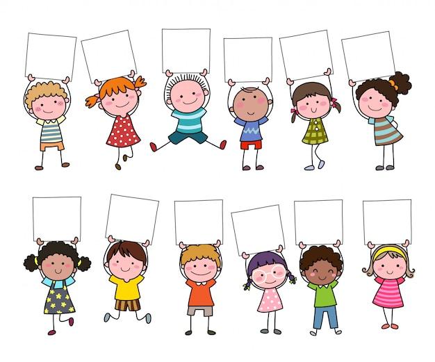 Zestaw Ręcznie Rysowane Kreskówka Dla Dzieci Trzymając Pusty Znak. Premium Wektorów