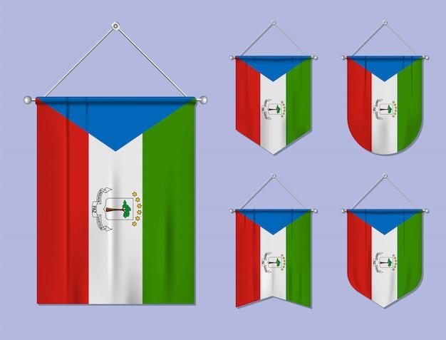 Zestaw Wiszących Flag Gwinei Równikowej Z Tekstylną Teksturą. Różnorodność Kształtów Kraju Bandery. Proporczyk Pionowy Szablon Premium Wektorów