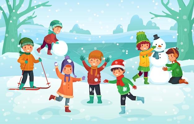 Zimowa zabawa dla dzieci. szczęśliwe słodkie dzieci bawiące się na zewnątrz. święta bożego narodzenia ilustracja kreskówka Premium Wektorów