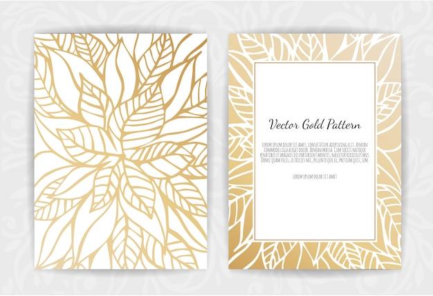 Złote zaproszenie z kwiatowymi elementami. Premium Wektorów