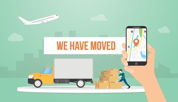 Zmieniliśmy Tytuł Banera Tekstowego, Trzymając Smartfon I Ciężarówkę W Nowoczesnym Stylu Mieszkania Premium Wektorów