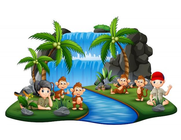 Zwiadowcy Z Małpami Na Wodospadzie Wyspy Premium Wektorów