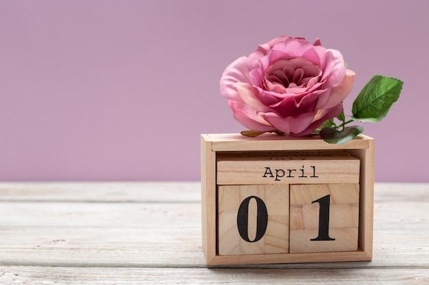 1 Kwietnia Obraz 1 Kwietnia Drewniany Kolor Kalendarza Na Drewnianym Stole. Wiosenny Dzień Premium Zdjęcia