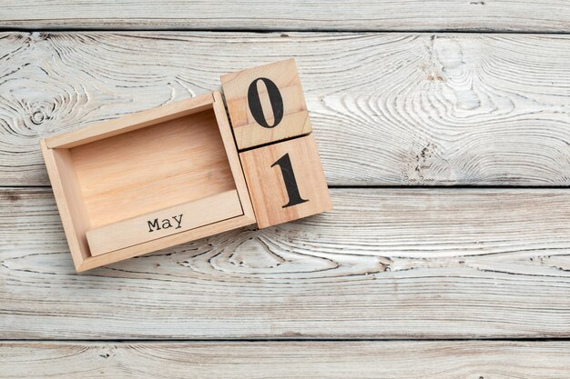 1 maja. obraz 1 maja drewniany kalendarz kolorowy. dzień wiosny, puste miejsce na tekst. międzynarodowy dzień pracowników Premium Zdjęcia