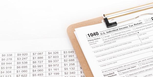 1040 Wypełnianie Formularza Podatkowego. Niewielka Głębokość Pola Premium Zdjęcia