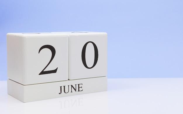20 Czerwca. Dzień 20 Miesiąca, Dzienny Kalendarz Na Białym Stole Premium Zdjęcia