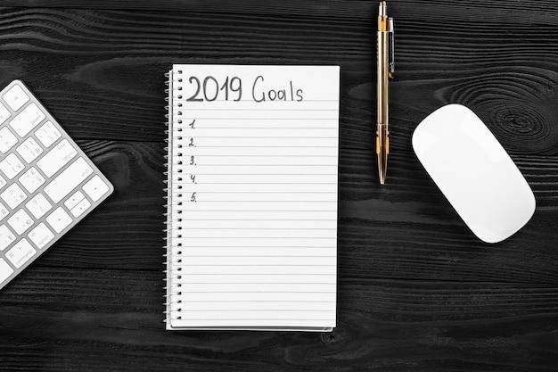 2019 Cele W Swoim Notatniku. Koncepcja Rezolucji Nowego Roku. Widok Z Góry. Premium Zdjęcia