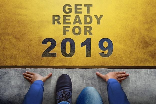 2019 koncepcja roku. widok z góry linii człowiek na starcie, przygotuj się na nowe wyzwanie Premium Zdjęcia