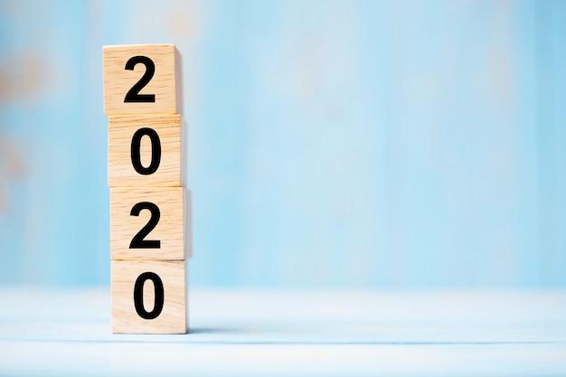 2020 drewnianych kostek na niebieskim stole Premium Zdjęcia